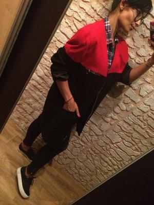 Стильное черно-красное пальто