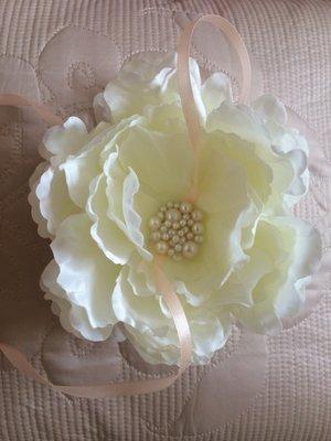Эксклюзивная подушечка-цветок для колец айвори