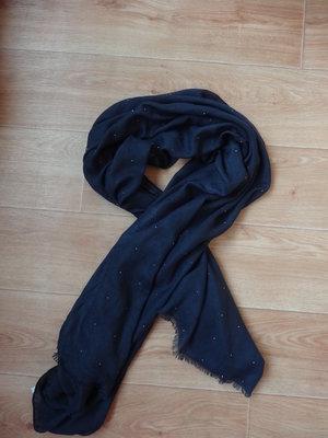 Красивый темно - синий шарф с камнями