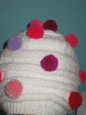 шапочка с разноцветными помпончиками