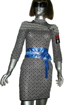 Облегающее платье с поясом.