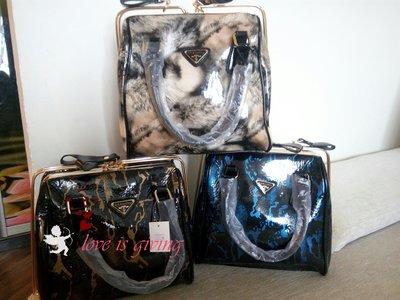 красивая лаковая сумка.
