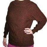 Коричневый свитер.