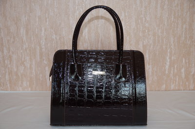 Коричневая лаковая женская сумка