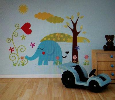 Милая наклейка на стену для детской «Слоник»