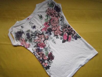 Фирменная футболка с вырезанной спинкой сзади