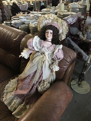 Очень большая фарфоровая кукла