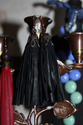 Серьги кисточки из натуральной кожи черного цвета