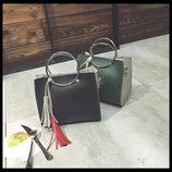 Двухцветная сумочка с ручками-кольцами и брелком В Наличии