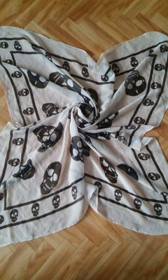 Чудесный шифоновый платок с черепушками