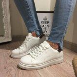 Женские кроссовки белые пятка