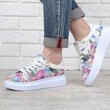 Слипоны женские белые с цветочным принтом на шнуровке