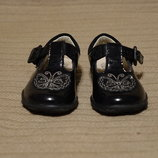 Изумительные черные лакированные кожаные туфельки с аппликацией Clarks