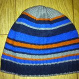 Демисезонная шапочка, внутри флис на объем 38-44 см.