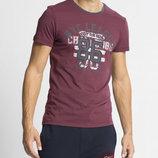в наличии мужская футболка LC Waikiki гранатового цвета с надписью на груди