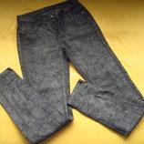 Фирменные стильнючие джинсы штаны под рептилию,отличное состояние