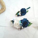 Цветочные бутоньерки и свадебный браслеты в сине-белых тонах, бутоньерки цвета индиго.