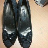 Туфли обтянутые тканью со стразами
