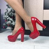 Красные туфли на широком каблуке