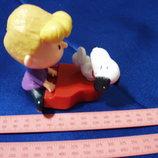Игрушка мальчик с собакой. Собачка крутится на пианино когда нажимаешь сбоку.