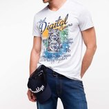 в наличии фирменная мужская футболка De Facto белого цвета с надписью Digital camera