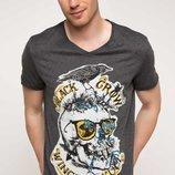 в наличии фирменная мужская футболка De Facto темно-серого цвета с надписью Black Crow