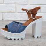 Босоножки женские джинсовые на каблуке темно-синие с коричневым