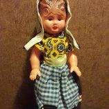 Кукла старых времен с рельефными волосами