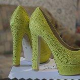 Сияющие туфли- босоножки новые ярко-лимонные , усыпанные стразами Сваровски по всей поверхности
