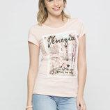 в наличии женская футболка LC Waikiki светло-розового цвета с картинкой и надписью на груди