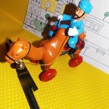 Игрушка каталка верблюд, при катании издает звук ,двигается шея и хвост верблюда.