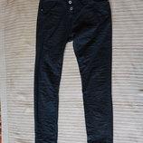 Узкие черные джинсы с асимметричной застежкой Please Италия 12 р.