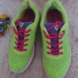 Яркие женские кроссовки салатовые неон.