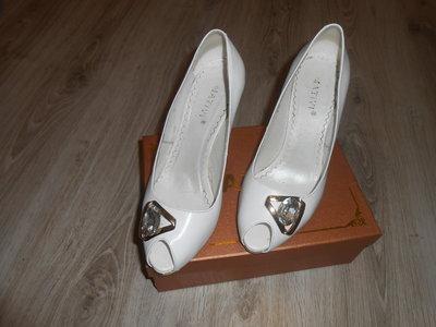 Продам белые свадебные туфли кожа 39р  400 грн - классические туфли ... 09e2cb095641f