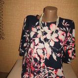 Красивая синяя блузка с принтом- цветы, классического стиля.