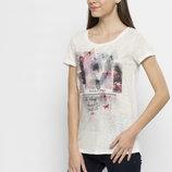 в наличии фирменная женская футболка LC Waikiki серебристого цвета с разноцветный рисунок на груди