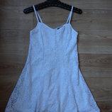 Topshop белое гипюровое платье на тонких бретелях.