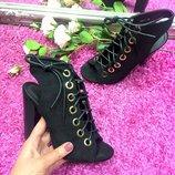 Замшевые босоножки на шнурках