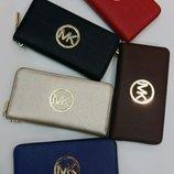 Женские кошельки Michael Kors цвета разные