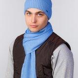 вязанный комплект, состоит из однотонной шапки классического фасона и тонкого шарфа