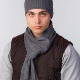 вязанный комплект, состоит из однотонной шапки классического фасона и тонкого шарфа в разных цветах