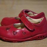 Хорошенькие лакированные кожаные туфельки малинового цвета Clarks 20 р
