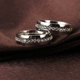 Кольцо с нержавеющей ювелирной стали украшено фианитами