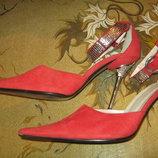 Босоножки casadei красного цвета, с закрытым носом, металлическим каблуком в камнях.38-й.