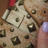 Стильный массивный кожаный ремень с эффектом состаривания с металлическим декором. м