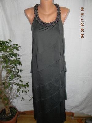 Нарядное платье в пол с украшением ожерельем