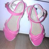 Красивые лакированые розовые босоножки 38 размер