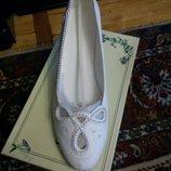 Свадебные белые туфли классика со стразами