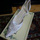 Свадебные белые туфли острый носок
