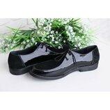 Черные женские туфли на низком каблуке.